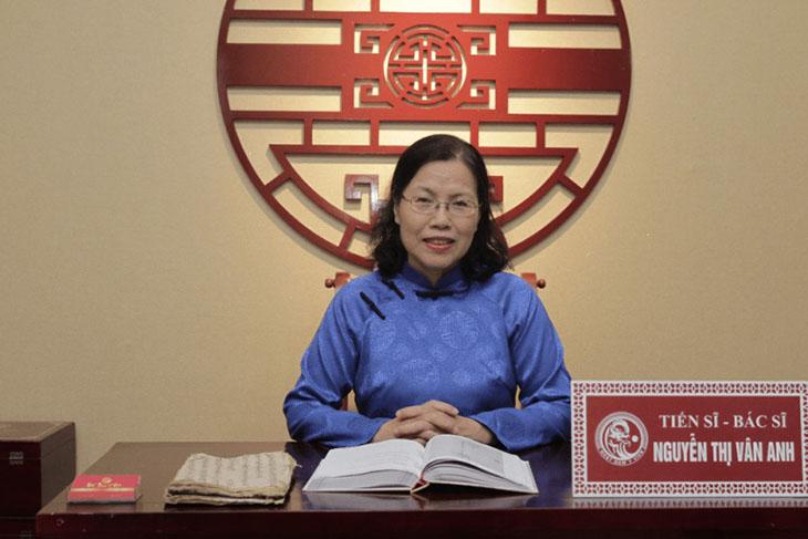 Bác sĩ Nguyễn Thị Vân Anh tiếp nhận tư liệu từ cuốn Châu Bản triều Nguyễn