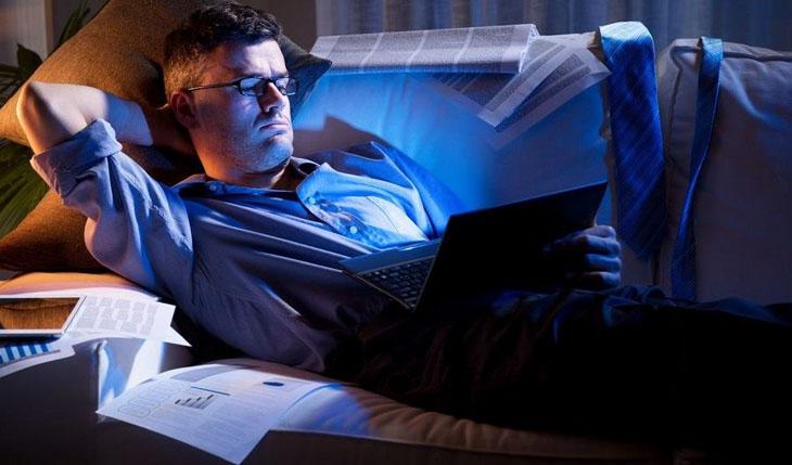 Thức khuya là một trong những nguyên nhân khiến sức khỏe sinh lý nam suy giảm
