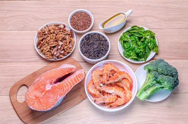 Thoái hóa cột sống thắt lưng nên ăn gì? - Cá hồi là thực phẩm giàu Omega 3