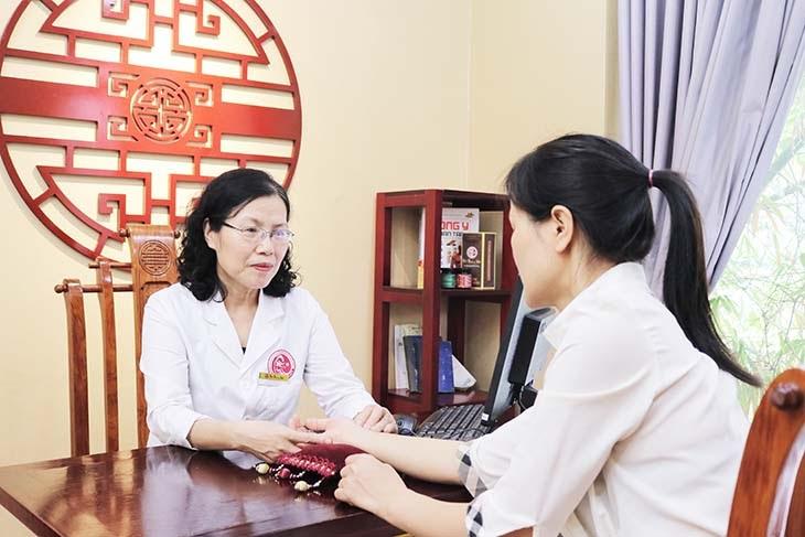 Bệnh nhân được trực tiếp Tiến sĩ, Bác sĩ CKII Nguyễn Thị Vân Anh thăm khám và lên phác đồ điều trị