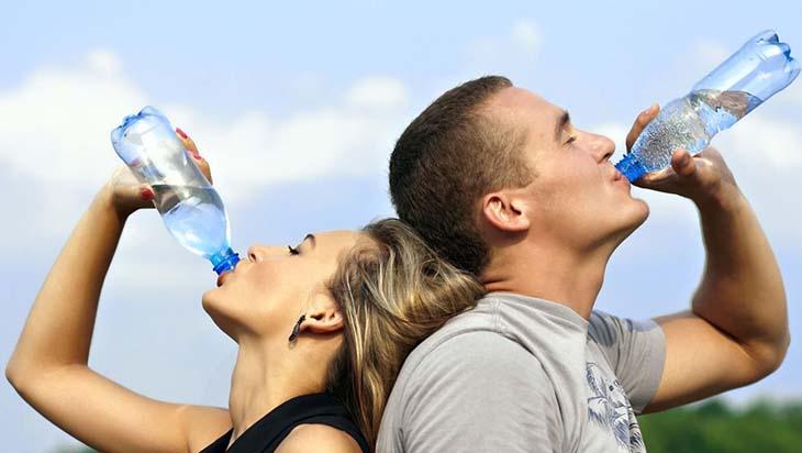 Uống nước và luyện tập thể thao giúp đào thải năng lượng du thừa ra bên ngoài