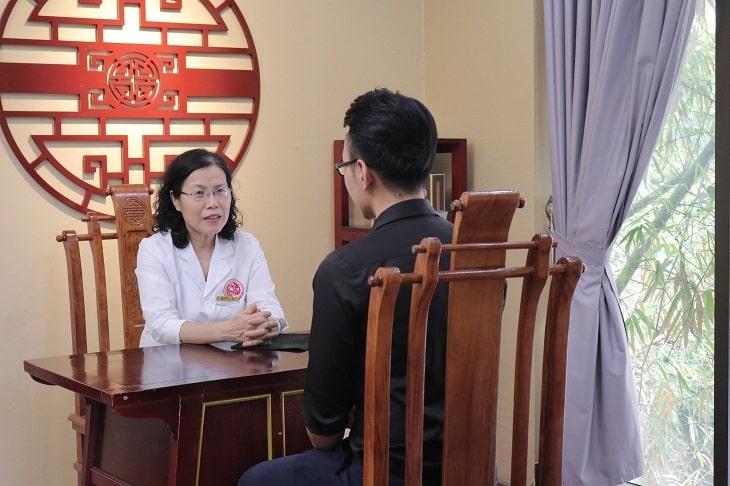 Bác sĩ Vân Anh đã trực tiếp thăm khám và điều trị thành công bệnh viêm loét dạ dày HP cho anh Lê Nam Tiến