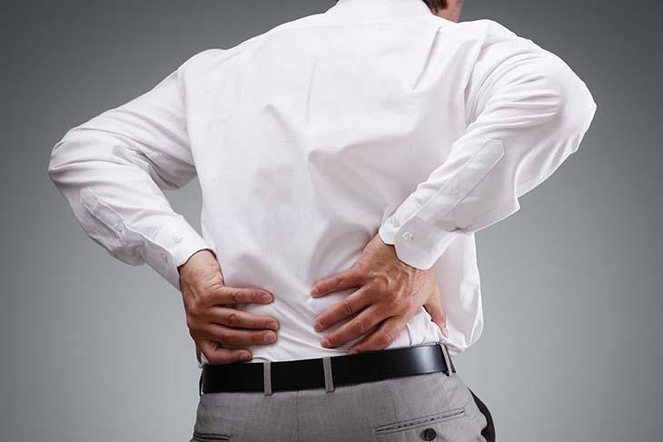 Cơn đau buốt ở hông sau lưng cùng tình trạng tiểu kém, tiểu buốt, tiểu ra máu kéo dài là biểu hiện của sỏi tiết niệu