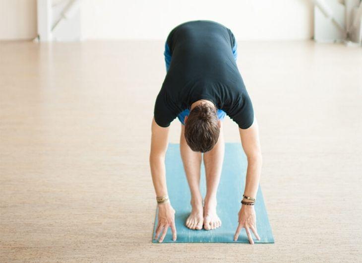 Nam giới có thể điều trị rối loạn cương dương với động tác Yoga Uttanasana