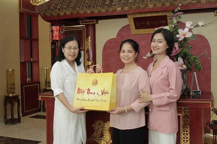 Chị Triệu Thanh Hồng và mẹ đều rất hài lòng sau khi chăm sóc sức khỏe và điều trị bệnh tại Nhất Nam Y Viện