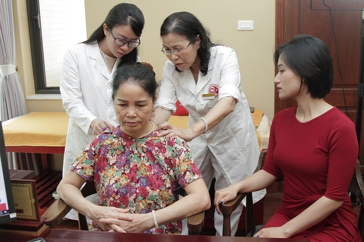 Chị Hồng đã đưa mẹ là bà Nguyễn Thị Hoa đến Biệt thự 16, ngõ 168 Nguyễn Khánh Toàn, Cầu Giấy, để thăm khám và điều trị bệnh.
