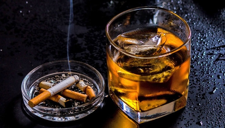 Đàn ông bị tinh trùng yếu cần kiêng rượu bia và các chất kích thích