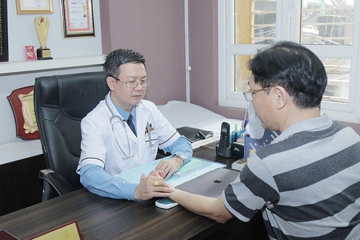 NSUT Minh Tuấn được lương y Đỗ Minh Tuấn bắt mạch khám bệnh