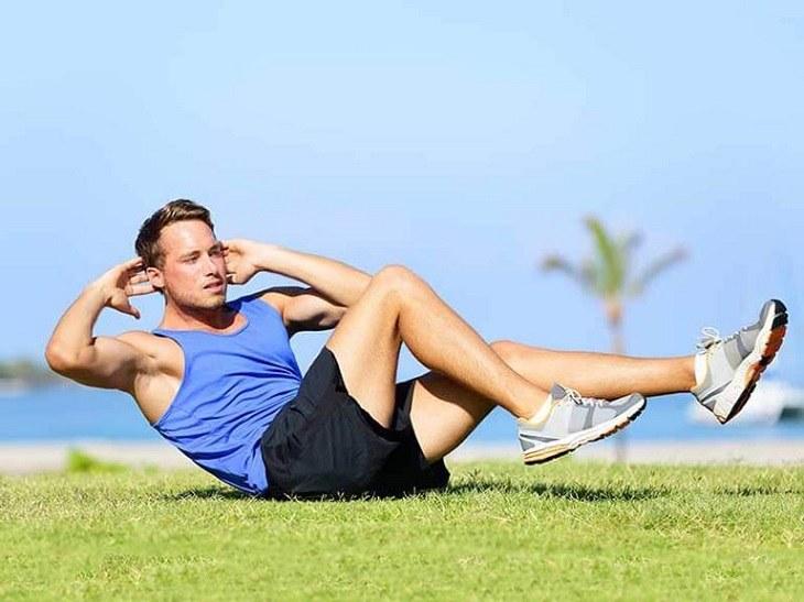 Nam giới nên dành ra 20 - 30 phút để tập thể bao, bơi lội, chạy bộ hoặc yoga...