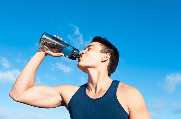 Uống nhiều nước là cách hỗ trợ để xuất nhiều tinh dịch