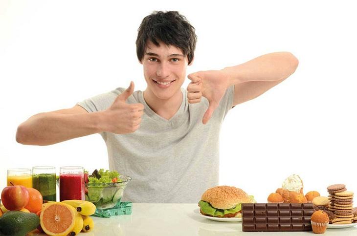 Nam giới nên xây dựng chế độ ăn lành mạnh để giúp nâng cao chất lượng và số lượng tinh trùng