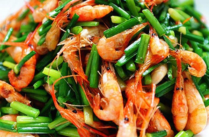 Lá hẹ xào tôm là một trong những món ăn bằng lá hẹ chữa xuất tinh hiệu quả