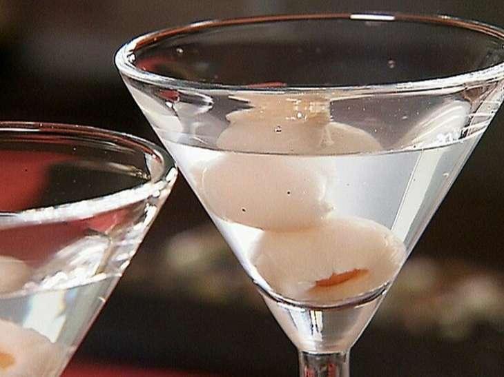 Vải ngâm rượu là thức uống ưa chuộng của cánh mày râu