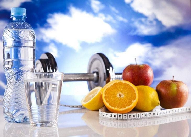 Uống đủ lượng nước cần thiết mỗi ngày để hỗ trợ quá trình thanh lọc các chất thải ra ngoài