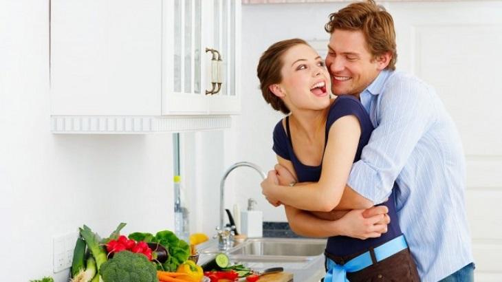 Vợ yếu sinh lý phải làm sao? Người chồng nên cùng vợ chia sẻ việc nhà và tâm sự thường xuyên