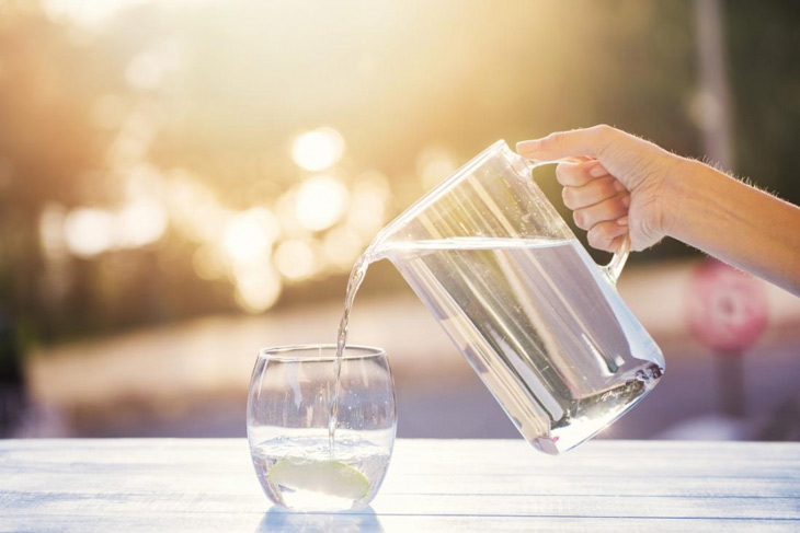 Khi áp dụng cách chữa sỏi bàng quan dân gian người bệnh nê uống nhiều nước để đào thải sỏi ra ngoài