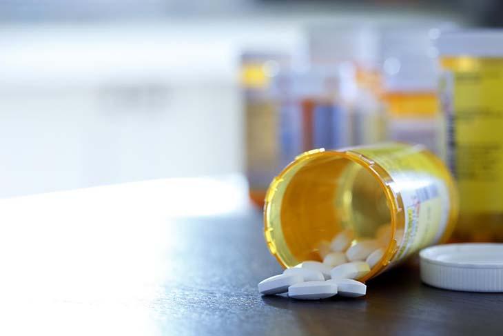 Cách chữa bệnh tiểu không kiểm soát bằng thuốc tây y cần có sử chỉ định của bác sĩ trước khi sử dụng