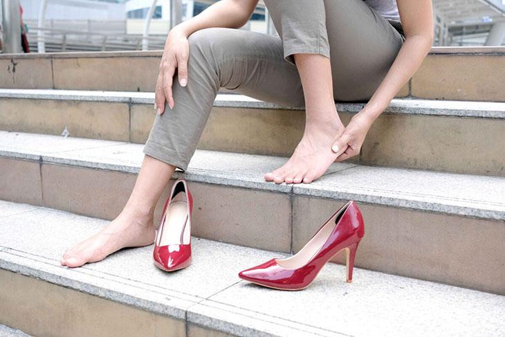 Mang giày dép sai cách làm sinh bệnh Haglund