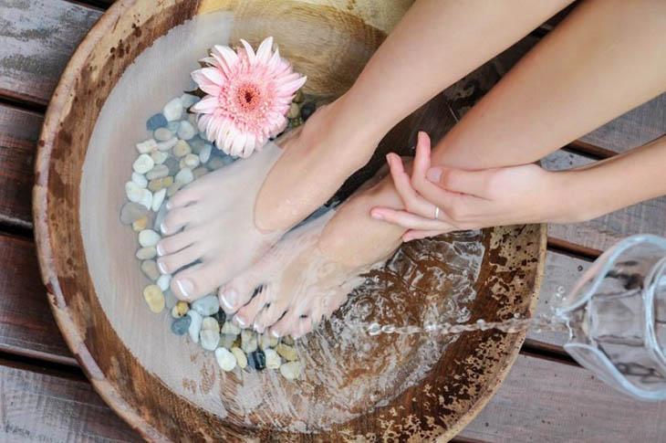 Ngâm chân trong giấm ăn giúp giảm triệu chứng bệnh