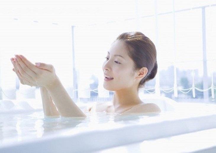 Ngâm mình trong nước ấm giúp giảm đau hiệu quả