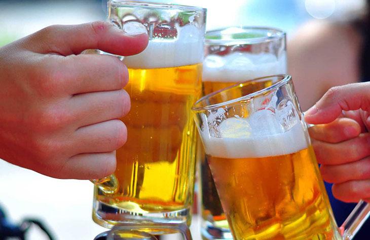 Người đau xương khớp nên hạn chế uống rượu bia