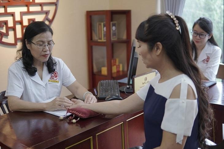 Diễn viên Thùy Liên được con gái đưa đến Nhất Nam Y Viện để điều trị sỏi mật sau khi đã thử rất nhiều phương pháp chữa trị khác nhau nhưng không hiệu quả