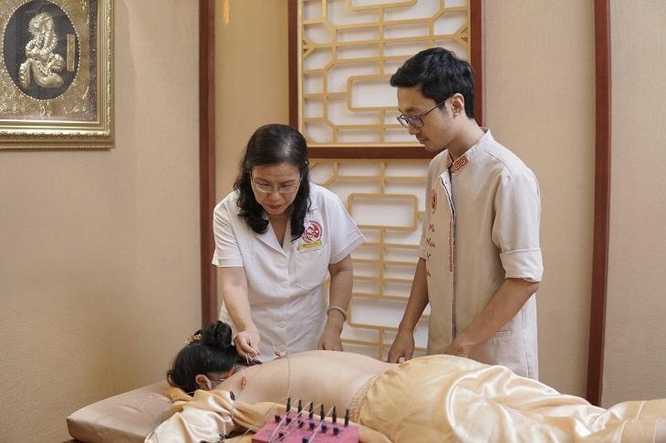 Sử dụng gói Nhất Nam Trường Thọ, diễn viên Thùy Liên vừa được sử dụng các bài thuốc chữa bệnh vừa được sử dụng dịch vụ chăm sóc sức khỏe chuẩn hoàng cung
