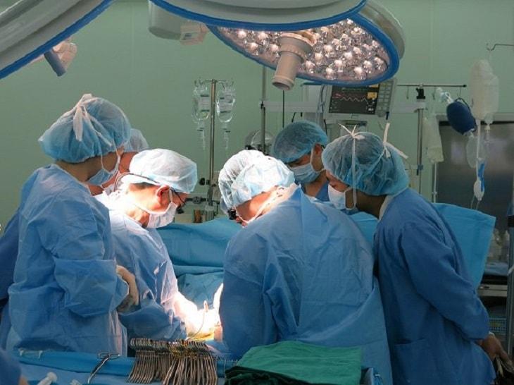 Người bệnh có thể được điều trị bằng phẫu thuật nội soi, cắt chóp nang