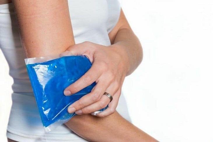 Chườm đá lạnh là biện pháp đơn giản để giảm cơn ngứa