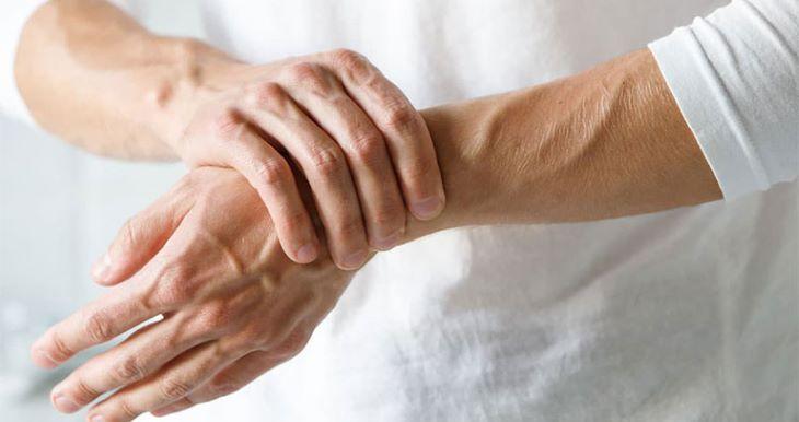Tuân thủ phác đồ điều trị viêm khớp sẽ giúp người bệnh hạn chế các biến chứng nguy hiểm