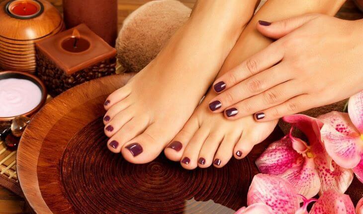 Ngâm chân và massage nhẹ nhàng là cách rất tốt để hỗ trợ điều trị sưng đau khớp