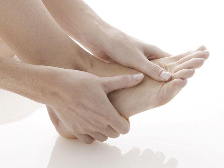 Tình trạng thoái hóa cũng gây sưng đau các khớp ngón chân