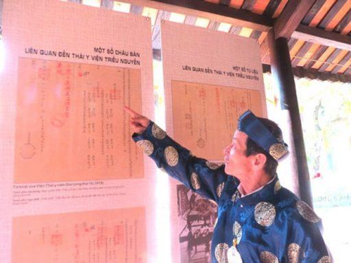 Ông Phan Tấn Tô, Phó chủ tịch Hội Đông y tỉnh Thừa Thiên-Huế giới thiệu châu bản liên quan đến quy trình tuyển dụng quan ngự y triều Nguyễn - Ảnh: Tuyết Khoa