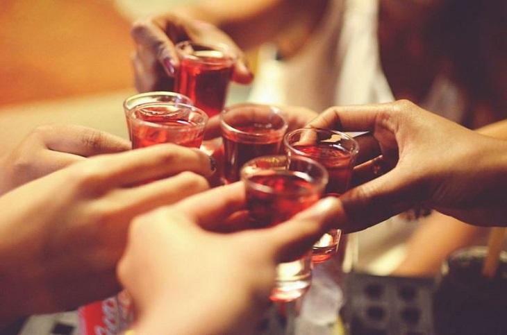 Tránh xa rượu nếu không muốn tình trạng tiểu nhiều, tiểu không kiểm soát nghiêm trọng hơn
