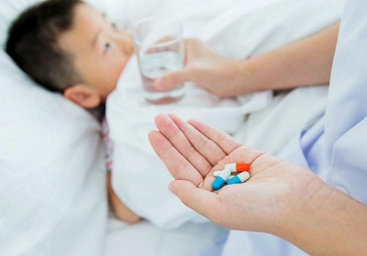 Nếu nguyên nhân do bệnh lý, trẻ cần được đai khám để sử dụng thuốc phù hợp