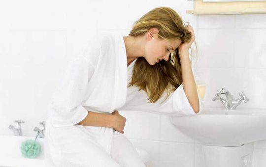 Tiểu ra máu ở phụ nữ khiến nhiều người bệnh lo lắng