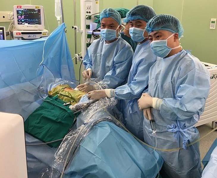 Phẫu thuật là phương pháp điều trị sỏi thận với các trường hợp viên sỏi có kích thước lớn