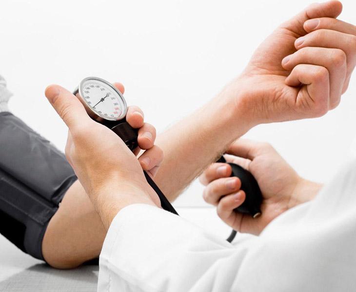 Tăng huyết áp là một trong số những triệu chứng của căn bệnh