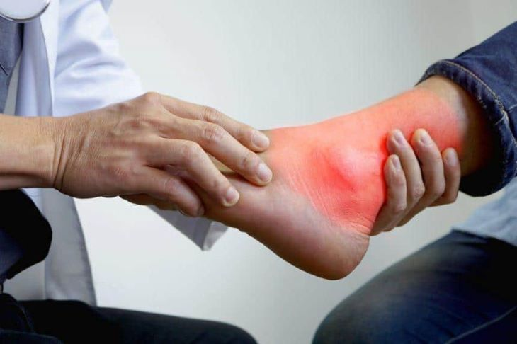 Hãy đến gặp bác sĩ để được kiểm tra và điều trị kịp thời khi cảm thấy sưng đau khớp cổ chân