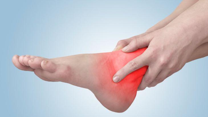 Viêm khớp cổ chân là từ sự tổn thương tại phần sụn khớp, gây ra những cơn đau nhức khó chịu