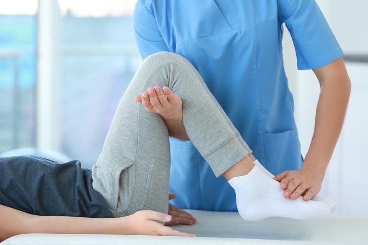 Bác sĩ sẽ tiến hành một số kiểm tra ở khớp gối để xác định tình trạng bệnh