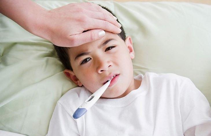 Trẻ bị viêm khớp thường kèm theo triệu chứng sốt cao