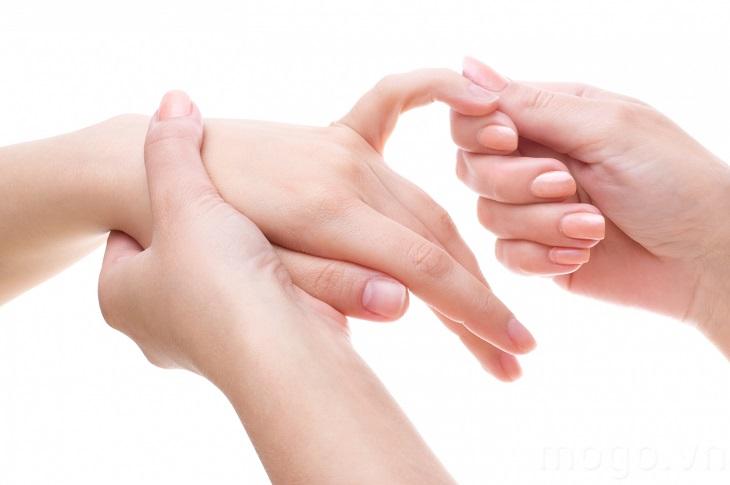 Bác sĩ cần kiểm tra kỹ các khớp tay trước khi kết luận tình trạng bệnh