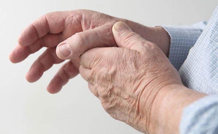 Tuổi tác là một trong những yếu tố làm cho khớp tay yếu đi