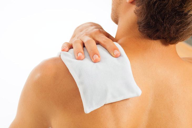 Chườm lạnh hỗ trợ làm giảm nhanh cơn đau ở vai