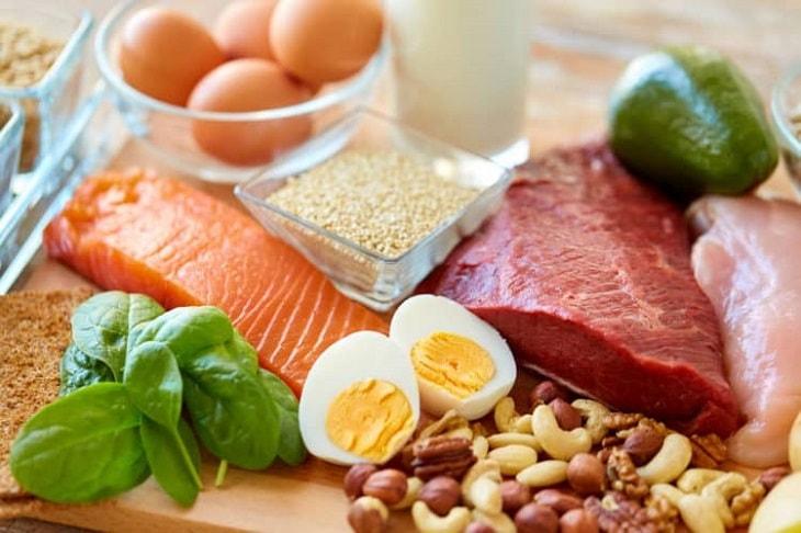 Người suy thượng thận nên ăn nhiều đồ ăn giàu protein như thịt, cá, trứng…