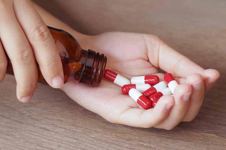 Uống thuốc Tây trị bệnh