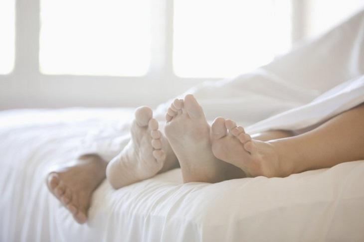Quan hệ tình dục với người bệnh cũng là nguyên nhân gây bệnh