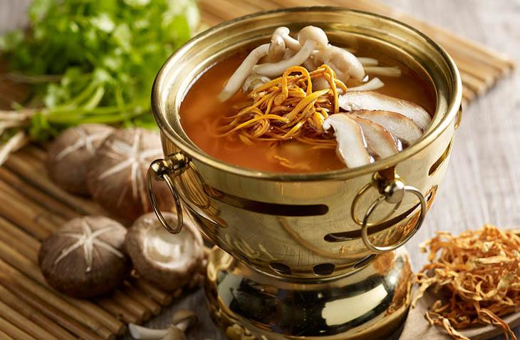 Đông trùng hạ thảo nấu lẩu là món ăn yêu thích của khá nhiều người