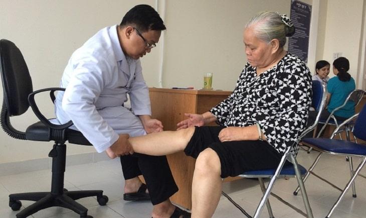 Bấm huyệt là biện pháp được nhiều người già sử dụng khi bị đau nhức khớp gối
